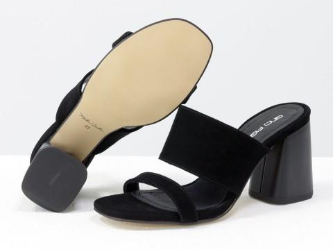 Классические босоножки на каблуке из натуральной замши черного цвета