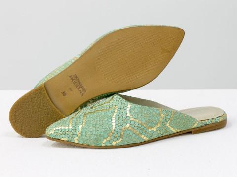 Мюли на низком ходу из натуральной кожи с текстурой питон бирюзового и золотого цвета
