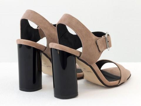 Босоножки на высоком каблуке из натуральной замши бежевого цвета