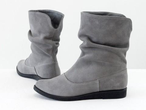 Удобные ботинки из натуральной замши светло-серого цвета