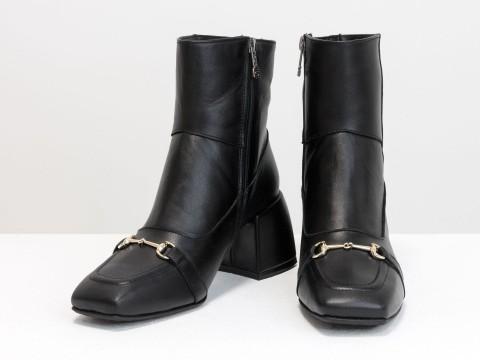 Женские  ботинки из натуральной черной кожи на квадратном  каблуке с фурнитурой впереди, Б-2169-01