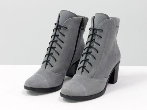 Женские ботинки на маленьком каблуке из натуральной замши светло серого цвета