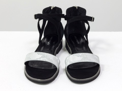 Летние босоножки из кожи серебряного цвета с текстурой питон и черной замши-велюр на подошве с шипами