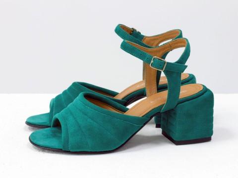 Босоножки, на квадратном обтяжном каблуке, с ремешком вокруг щиколотки, выполнены из натуральной итальянской замши-велюр цвета морская волна