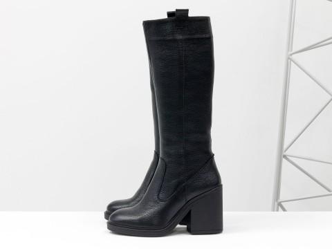Сапоги черного цвета из натуральной кожи-флотар на устойчивом не высоком каблуке, Коллекция Осень-Зима