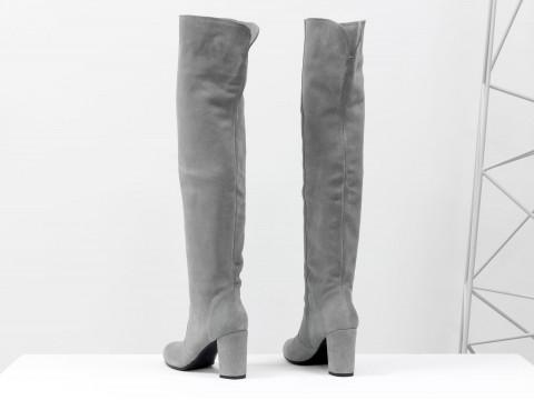 Серые сапоги ботфорты из натуральной замши на каблуке