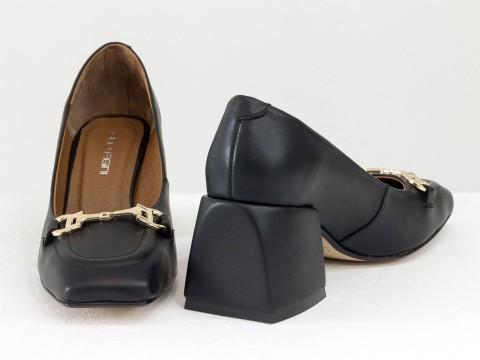 Дизайнерские туфли  на невысоком обтяжном каблуке из натуральной итальянской кожи черного цвета,  Т-2153-01