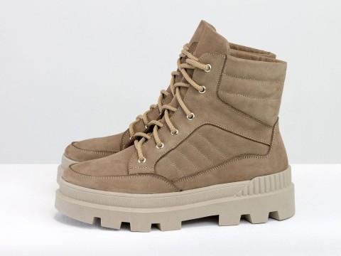 Высокие  ботинки  из бежевого нубука на бежевой подошве на шнуровке , Б-2165-01