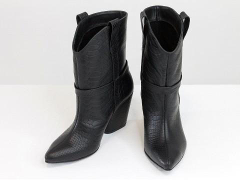 """Черные сапоги казаки из натуральной кожи в текстуре """"питон"""" на треугольном каблуке"""