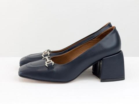 Дизайнерские на невысоком обтяжном каблуке из натуральной итальянской кожи синего  цвета на черной подошве с золотой фурнитурой,Т-2153-02