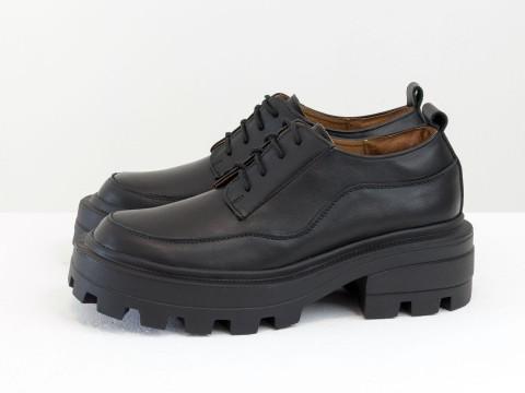 Женские черные туфли, которые сочетают в себе стиль дерби и лоферов на утолщенной тракторной подошве из натуральной кожи, Т-2154-07