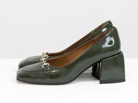 Дизайнерские на невысоком обтяжном каблуке из натуральной итальянской кожи наплак зеленого цвета на черной подошве с золотой фурнитурой,Т-2153-05