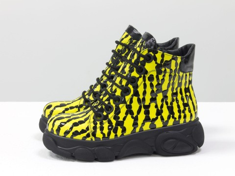 Женские ботинки на молнии из кожи ярко-желтого цвета на высокой подошве