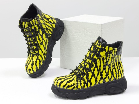 Женские ботинки из натуральной кожи желтого цвета с черными каплями лака