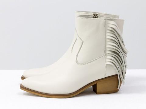 Сапоги казаки с бахромой из натуральной молочной кожи на маленьком каблуке