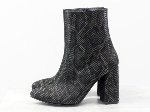 Стильные женские ботильоны черно-коричневого цвета с текстурой змея