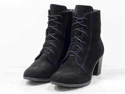 Ботинки из натуральной черной замши со шнуровкой на устойчивом каблуке