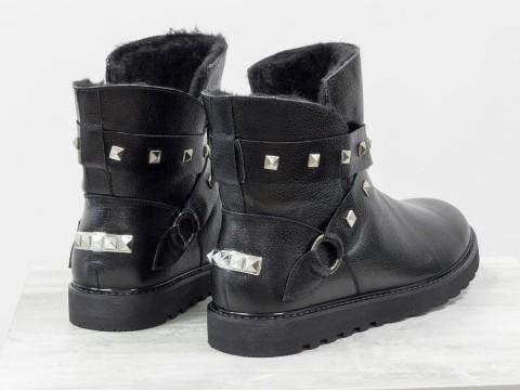 Зимние сапожки на низком ходу из натуральной черной кожи украшены ремешками