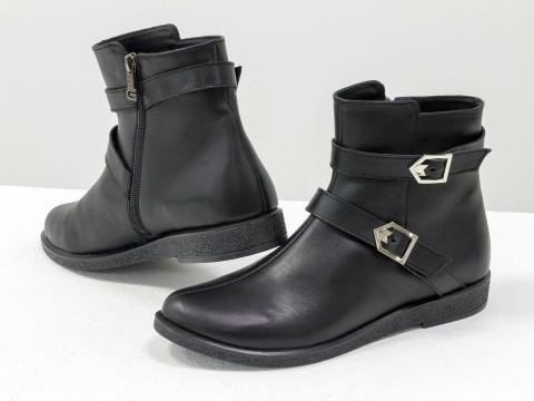 Ботинки черного цвета из натуральной кожи украшены двумя кожаными ремешками
