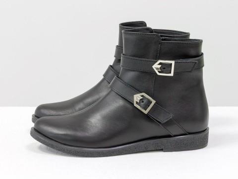 Ботинки черного цвета из натуральной кожи украшены двумя кожаными ремешками, Коллекция Осень-Зима
