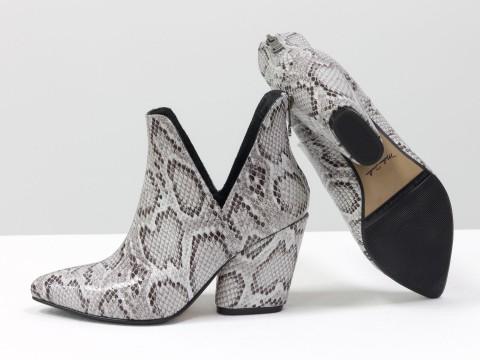 Женские туфли-ботинки из кожи бело-серого цвета с принтом питон на каблуке, Т-19138-01