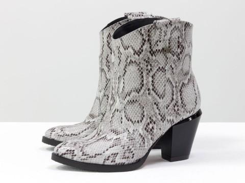 Женские казаки из натуральной кожи с текстурой змея на каблуке