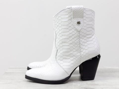 Женские казаки белого цвета из натуральной кожи на удобном каблуке