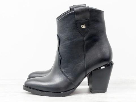 Невысокие сапожки казаки черного цвета из кожи на среднем каблуке