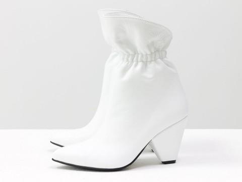 Белые сапоги казаки на резинке из натуральной кожи на удобном каблуке