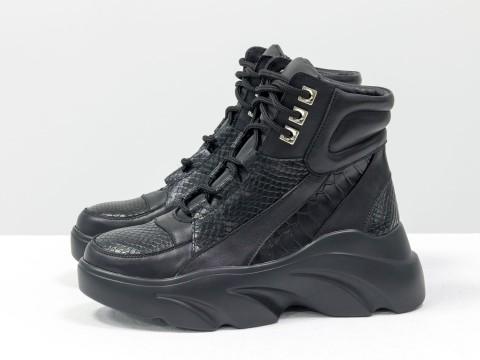 Женские спортивные ботинки черного цвета на высокой подошве со шнуровкой