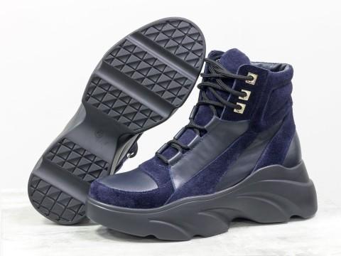 Женские ботинки на утолщенной подошве из кожи черного цвета и замши синего цвета