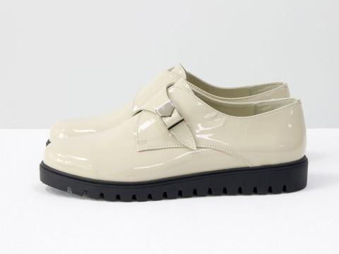Бежевые туфли из лаковой кожи с металлической пряжкой , осень-зима