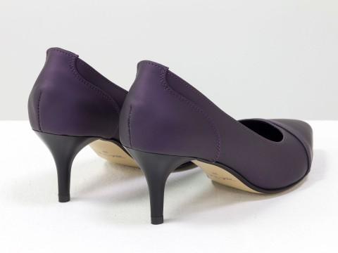 Туфли черно-фиолетовые из натуральной кожи с эффектом сатин на маленькой шпильке