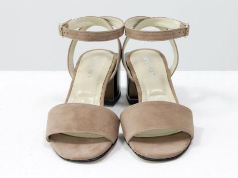 Женские нюдовые босоножки из натурального замша на квадратном каблуке