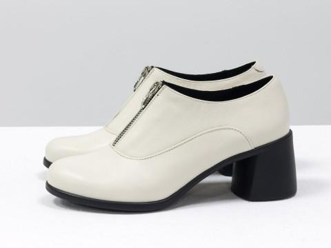 Женские закрытые туфли на каблуке из кожи молочного цвета
