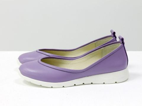 Сиреневые спортивные туфли из кожи на удобной подошве