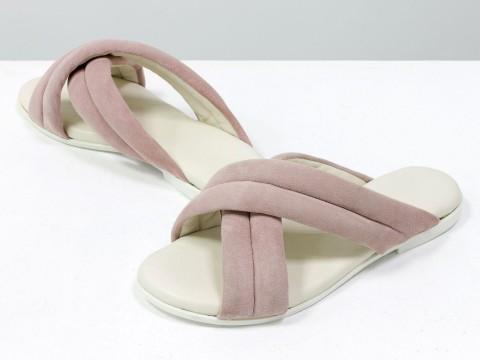 Летние шлепанцы пудрового цвета из нежной замши на белой подошве без каблука