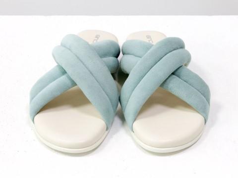 Летние шлепанцы голубого цвета из нежной замши на белой подошве без каблука