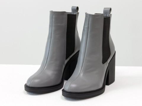 Серые ботинки на каблуке из натуральной кожи с широкой черной резинкой