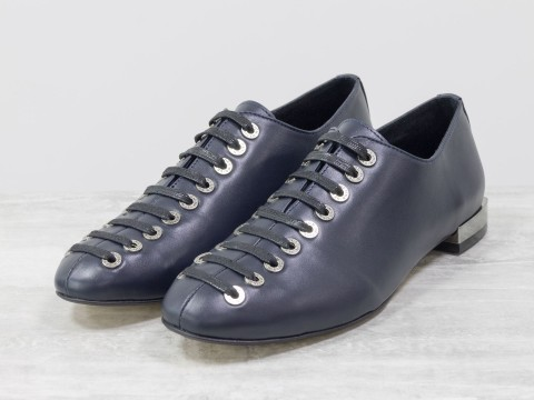Женские синие туфли на шнуровке по всей высоте из натуральной кожи
