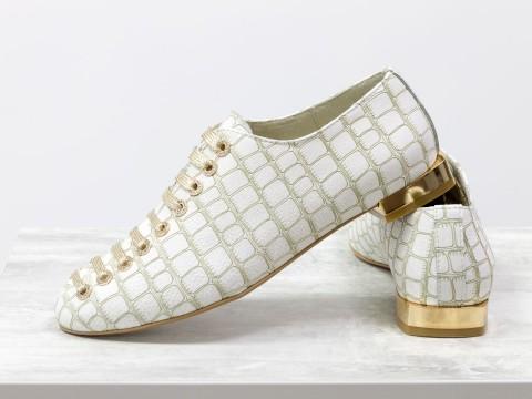 Женские кожаные дизайнерские туфли белого цвета на золотом каблуке