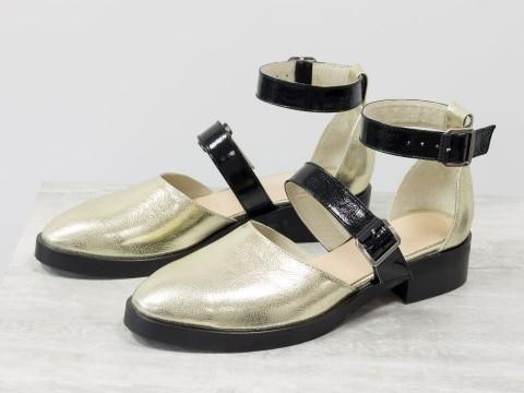 Женские туфли цвета никель из натуральной кожи с черными лаковыми ремешками