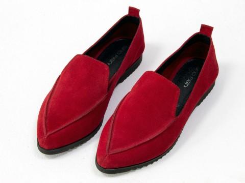Замшевые туфли на низком ходу ярко красного цвета