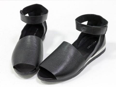 Черные босоножки из натуральной кожи-флотар с открытым носиком и застежкой на липучке