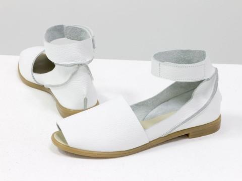 Женские босоножки на липучке из натуральной кожи-флотар белого цвета
