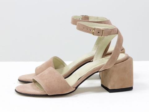 Женские босоножки из замши бежевого цвета на удобном каблуке
