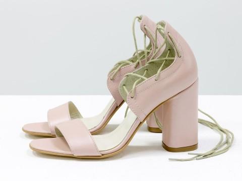 Женские босоножки на шнуровке из кожи розового цвета на каблуке