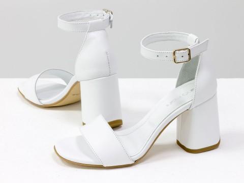 Летние босоножки с ремешком вокруг щиколотки из натуральной кожи белого цвета