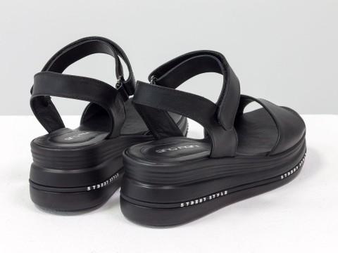 Черные босоножкииз натуральной кожи на невысокой платформе