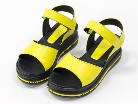 Желтые  босоножкииз натуральной кожи на невысокой платформе